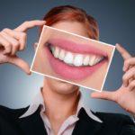 前歯の隙間「ブラックトライアングル」はなぜできる?治療可能なの?